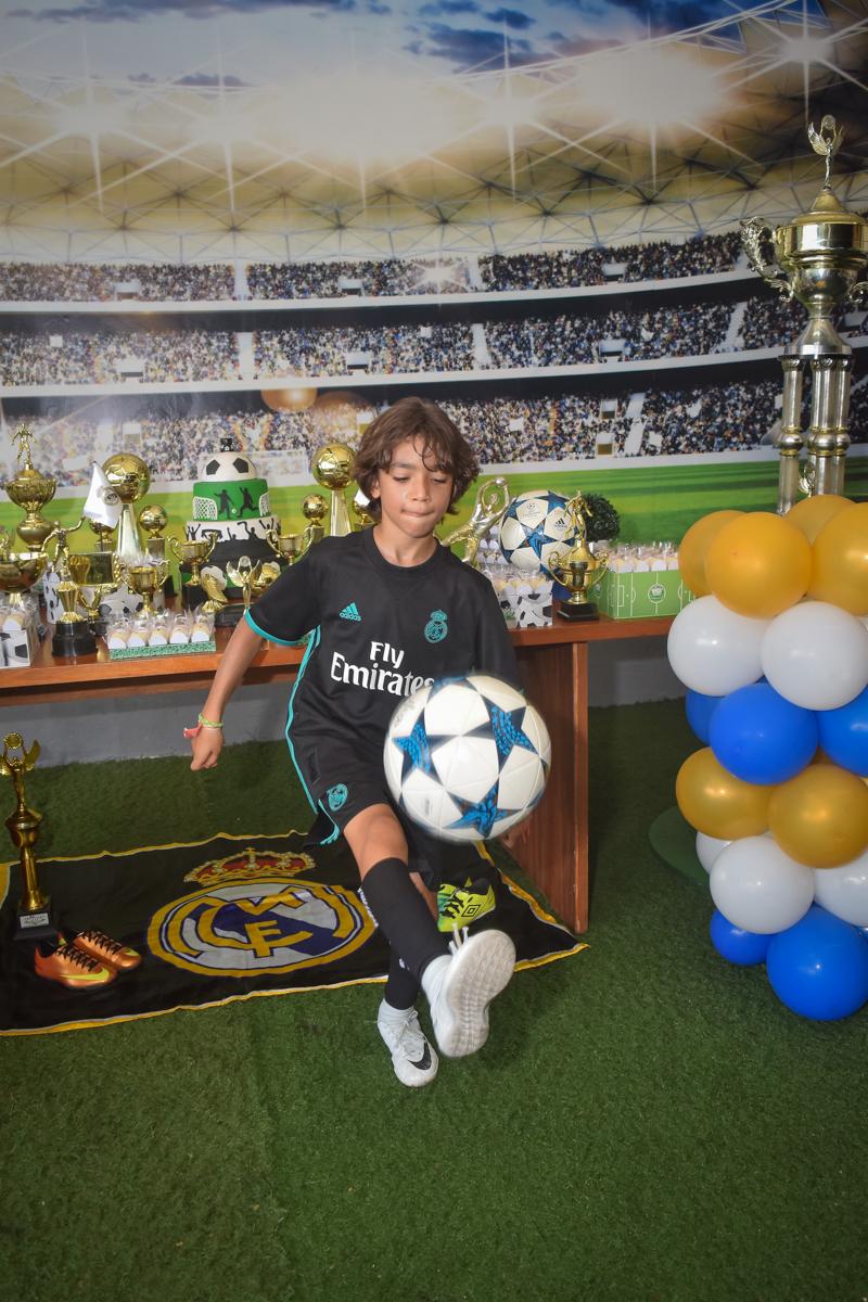 show com a bola no buffet High Soccer aniversario de João Pedro 8 anos, tema da festa Real Madrid