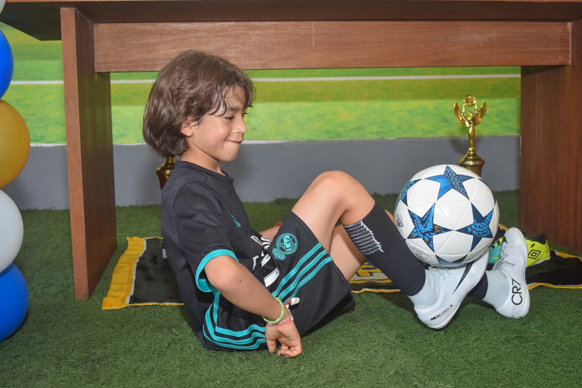 fazendo embaixadinha no buffet High Soccer aniversario de João Pedro 8 anos, tema da festa Real Madrid