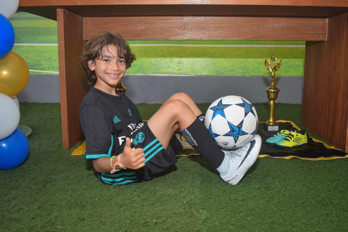 feliz com a bola no buffet High Soccer aniversario de João Pedro 8 anos, tema da festa Real Madrid