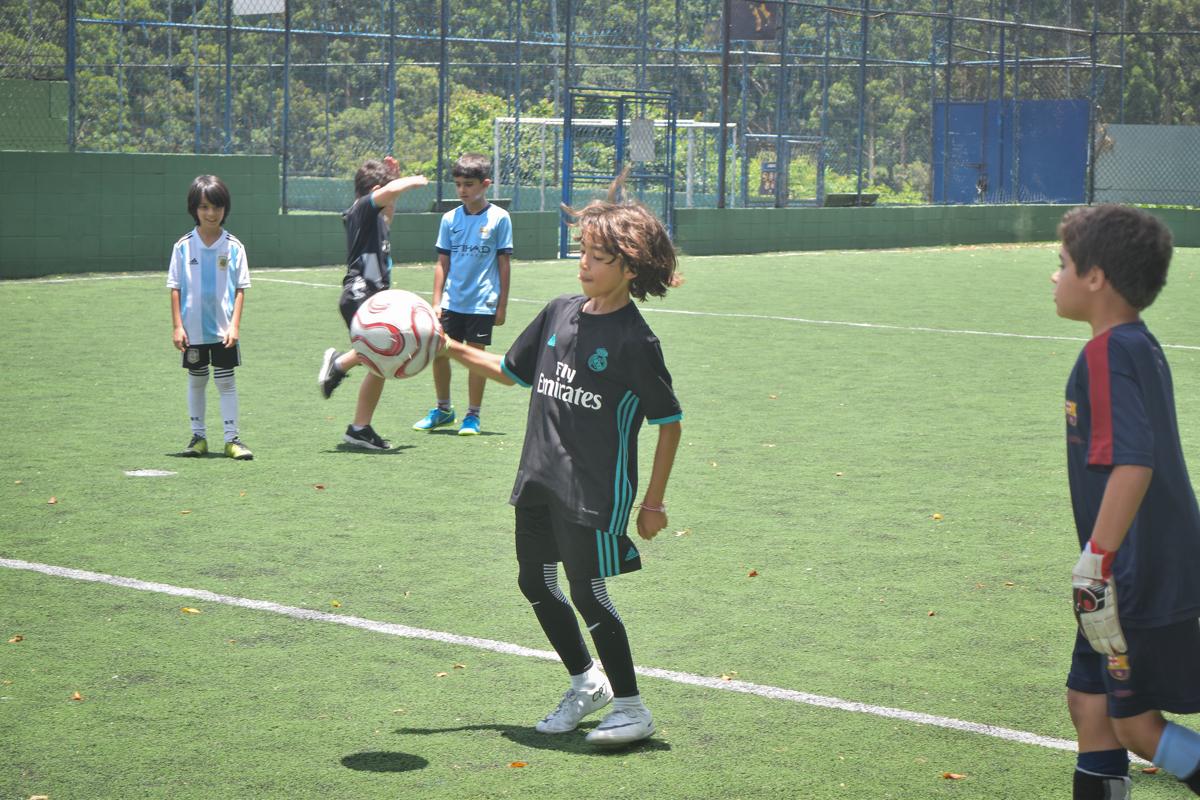 inicio de jogo no buffet High Soccer aniversario de João Pedro 8 anos, tema da festa Real Madrid