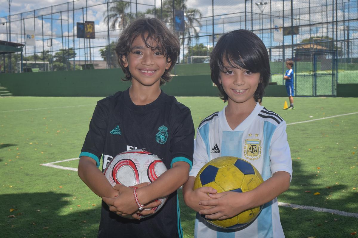 recebendo o amigo no buffet High Soccer aniversario de João Pedro 8 anos, tema da festa Real Madrid