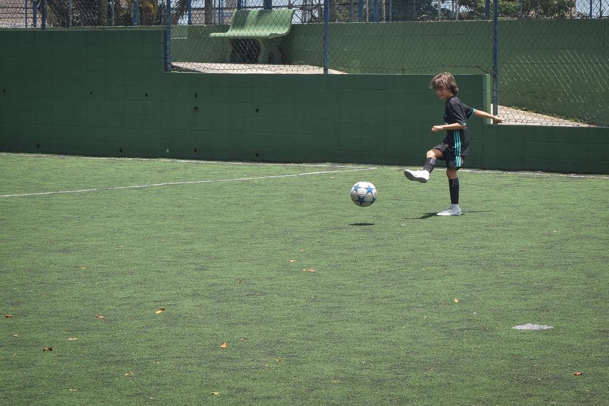 jogo de futebol animado no buffet High Soccer aniversario de João Pedro 8 anos, tema da festa Real Madrid