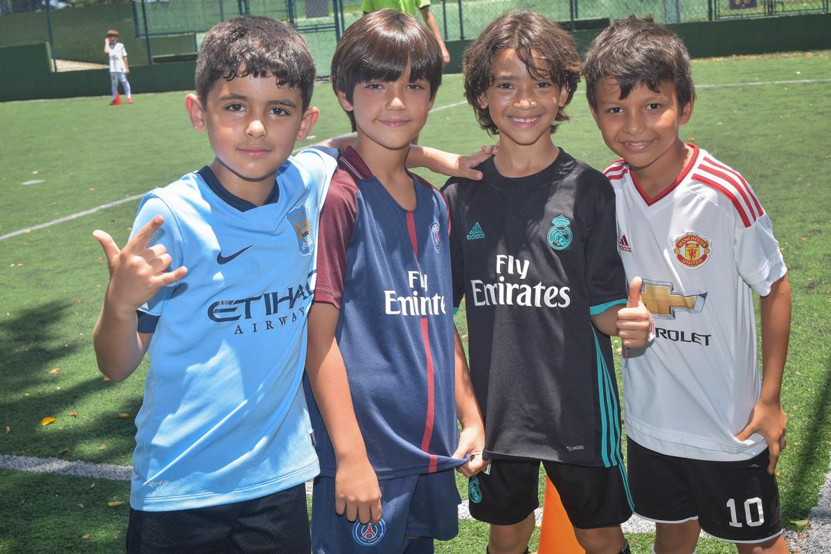 jogadores fazem pose para a foto no buffet High Soccer aniversario de João Pedro 8 anos, tema da festa Real Madrid