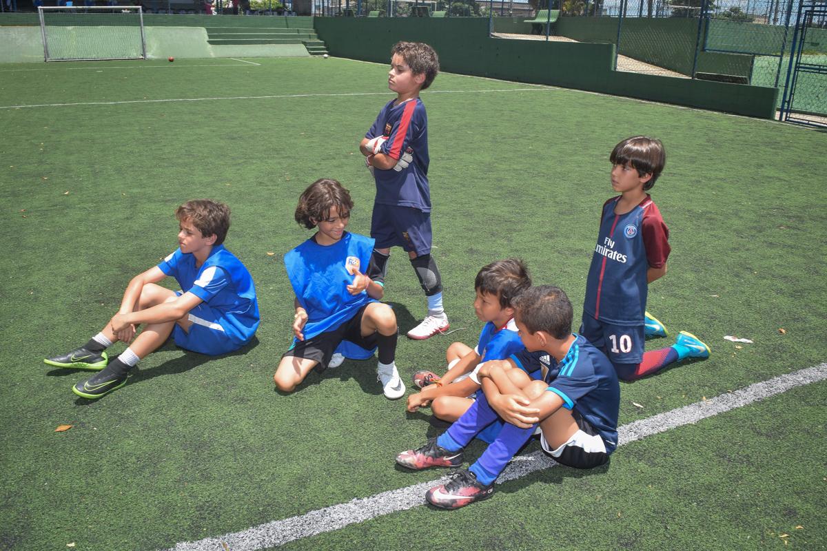 jogadores descansam para o jogo no buffet High Soccer aniversario de João Pedro 8 anos, tema da festa Real Madrid