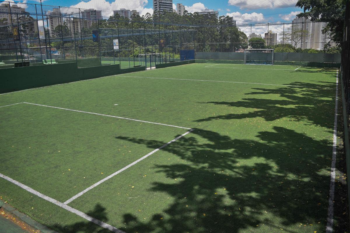 campo de futebol no buffet High Soccer aniversario de João Pedro 8 anos, tema da festa Real Madrid