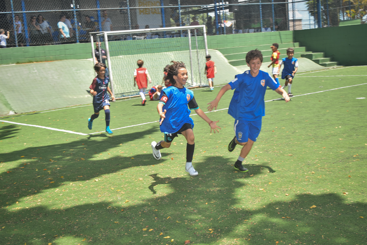 correndo atraz da bola no buffet High Soccer aniversario de João Pedro 8 anos, tema da festa Real Madrid