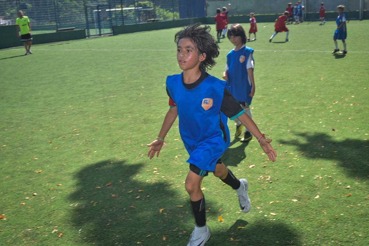 correndo no campo no buffet High Soccer aniversario de João Pedro 8 anos, tema da festa Real Madrid