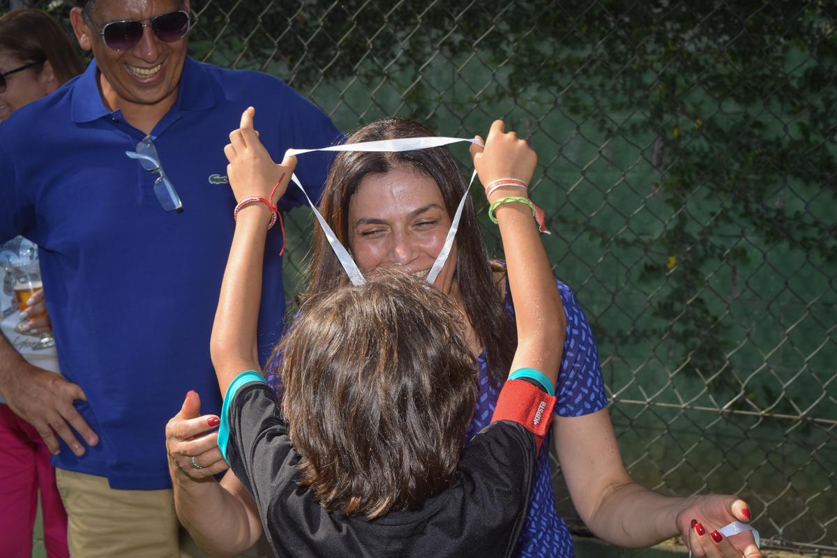 entregando a medalha para a mãe no buffet High Soccer aniversario de João Pedro 8 anos, tema da festa Real Madrid