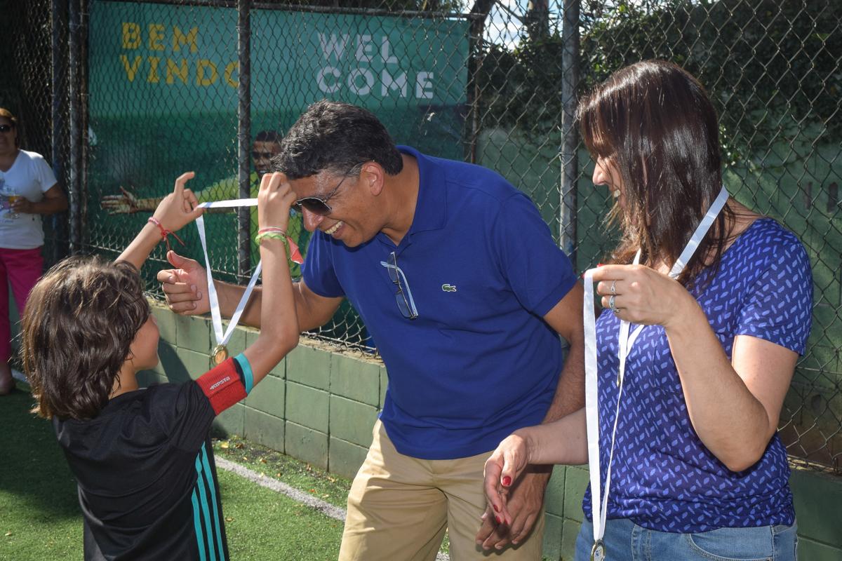 entregando a medalha para o pai no buffet High Soccer aniversario de João Pedro 8 anos, tema da festa Real Madrid