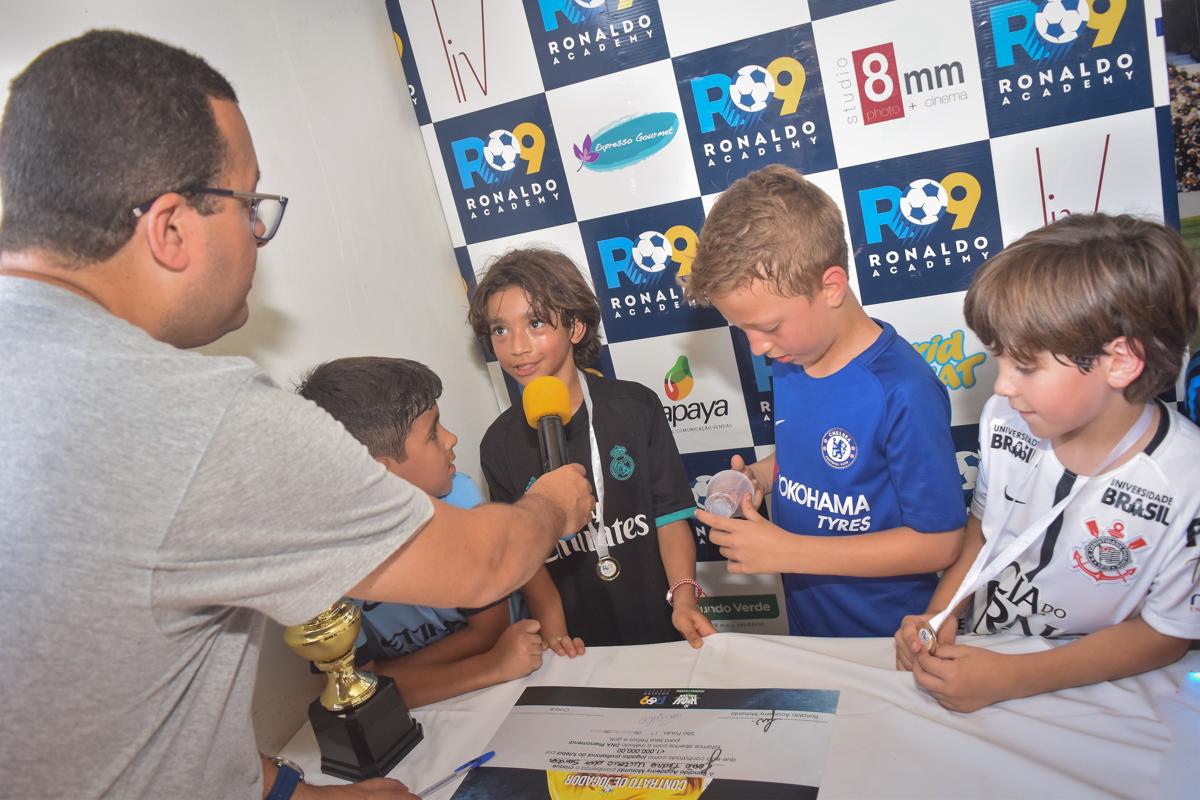 hora de dar entrevista no buffet High Soccer aniversario de João Pedro 8 anos, tema da festa Real Madrid