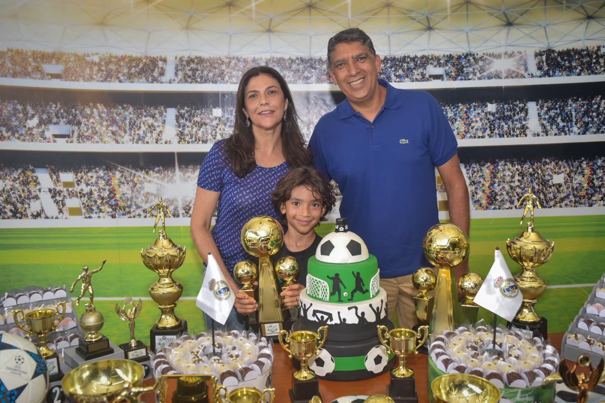 fotografia da famîlia no buffet High Soccer aniversario de João Pedro 8 anos, tema da festa Real Madrid
