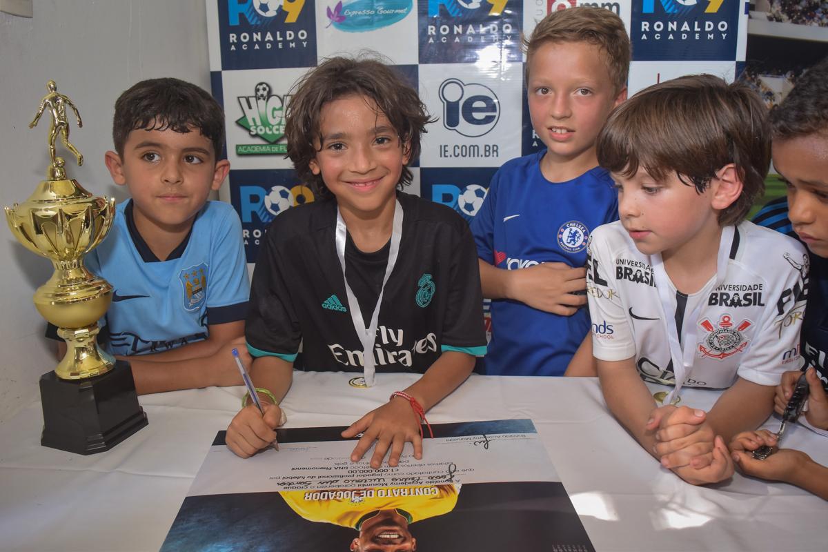 assinando contrato de trablho no buffet High Soccer aniversario de João Pedro 8 anos, tema da festa Real Madrid