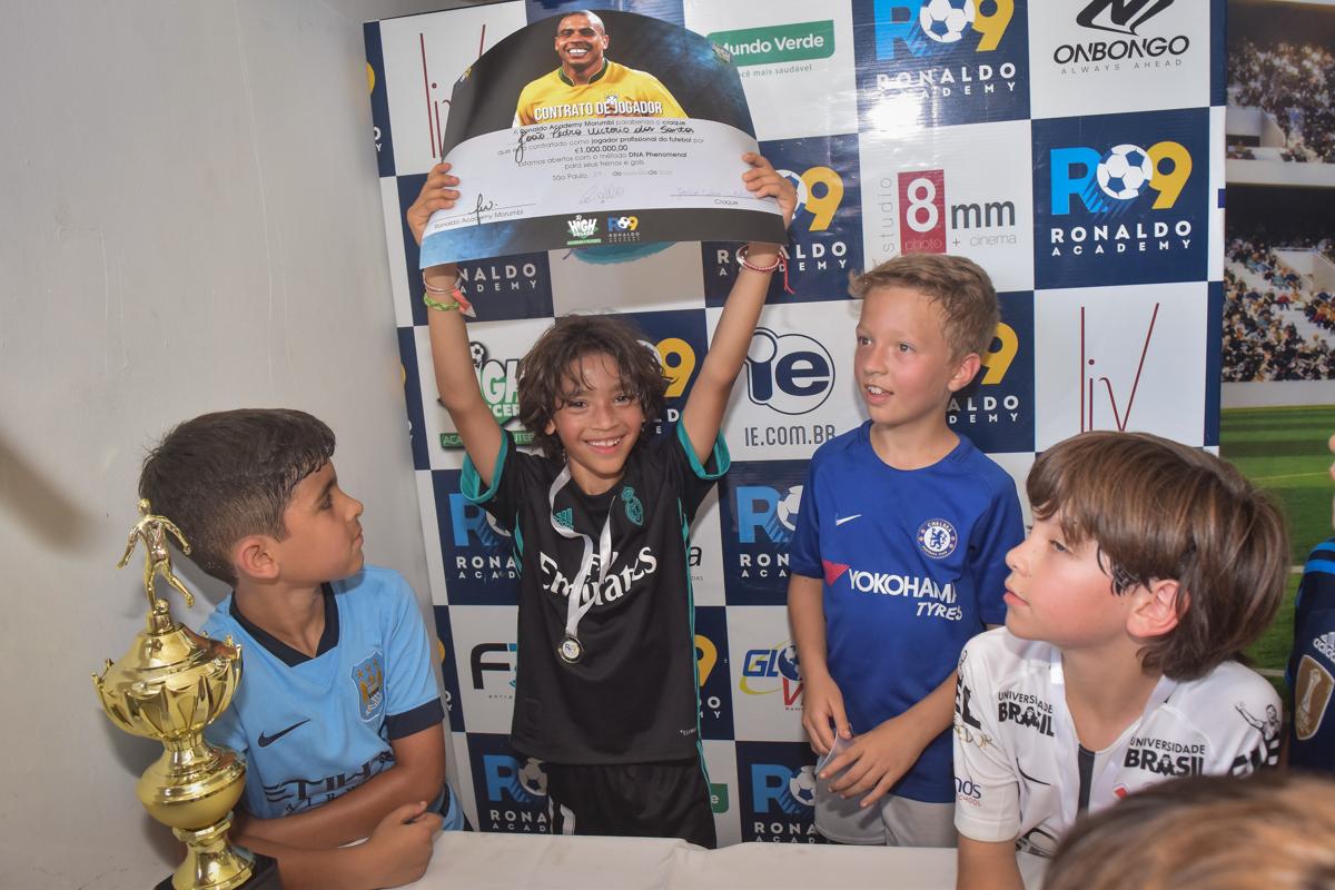 comemorando a contratação no buffet High Soccer aniversario de João Pedro 8 anos, tema da festa Real Madrid