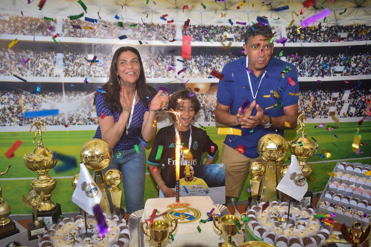 hora do parabéns no buffet High Soccer aniversario de João Pedro 8 anos, tema da festa Real Madrid