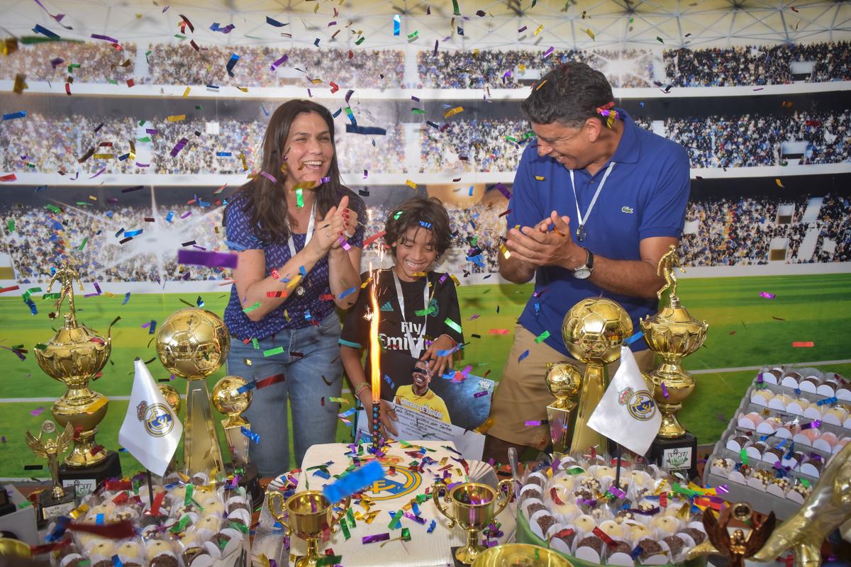 Parabéns animado no buffet High Soccer aniversario de João Pedro 8 anos, tema da festa Real Madrid