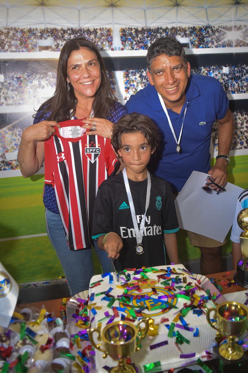 aniversariante ganha camiseta de presente no buffet High Soccer aniversario de João Pedro 8 anos, tema da festa Real Madrid