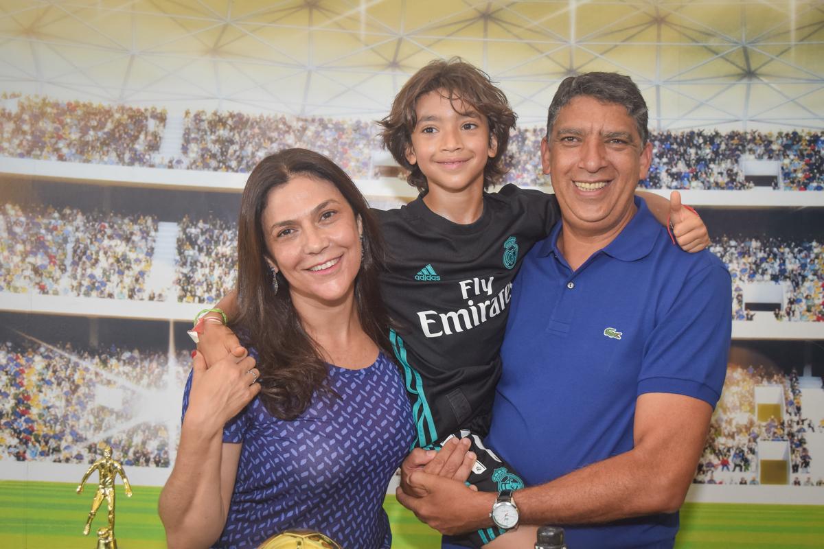 pais e filho feliz na festa no buffet High Soccer aniversario de João Pedro 8 anos, tema da festa Real Madrid