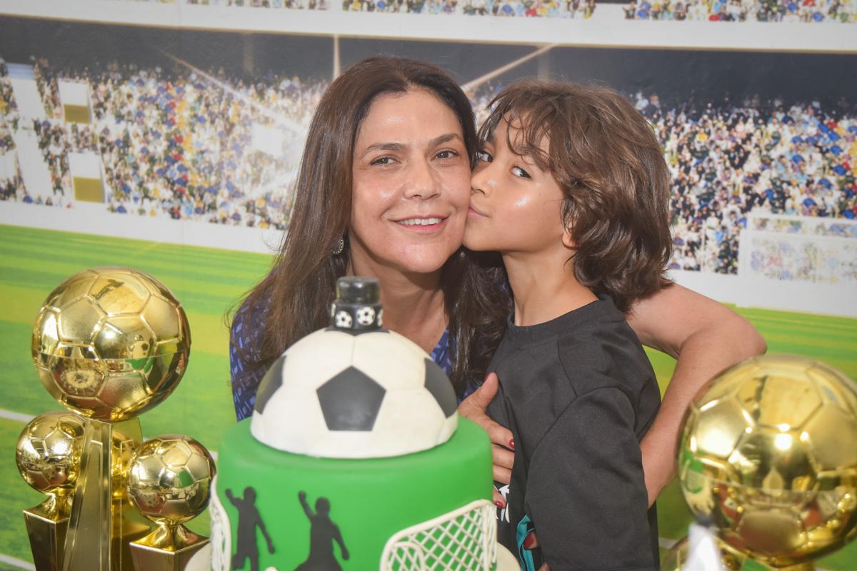 foto mãe e filho no buffet High Soccer aniversario de João Pedro 8 anos, tema da festa Real Madrid