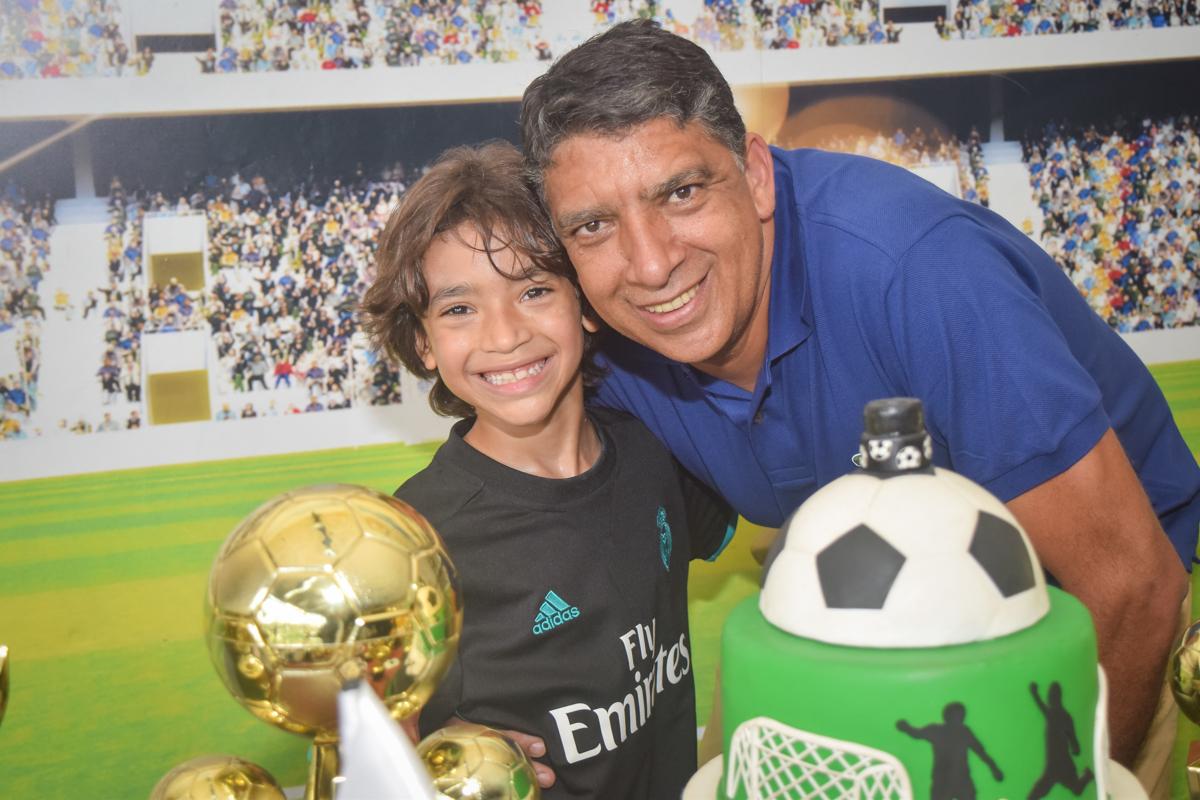 foto pai e filho no buffet High Soccer aniversario de João Pedro 8 anos, tema da festa Real Madrid