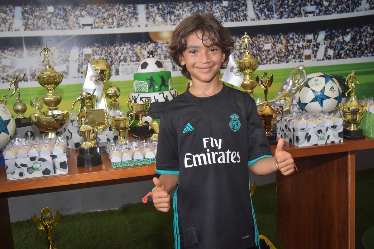 posando para a foto no buffet High Soccer aniversario de João Pedro 8 anos, tema da festa Real Madrid