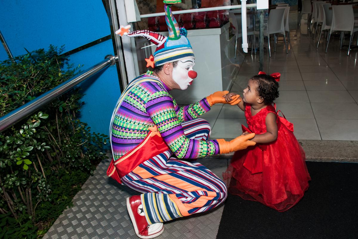 recebendo o palhaço para sua festa no Buffet Comics aniversario de Geovanna 1 ano tema da festa circo