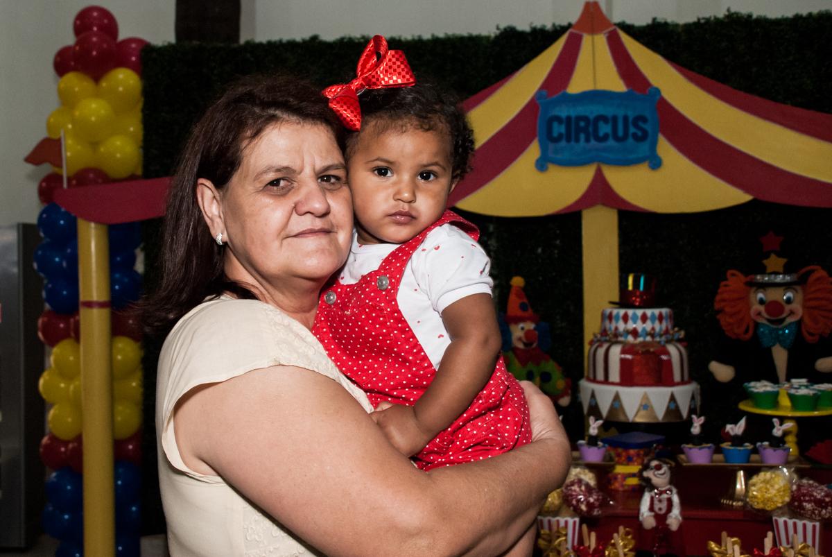 foto com a vovó no Buffet Comics aniversario de Geovanna 1 ano tema da festa circo