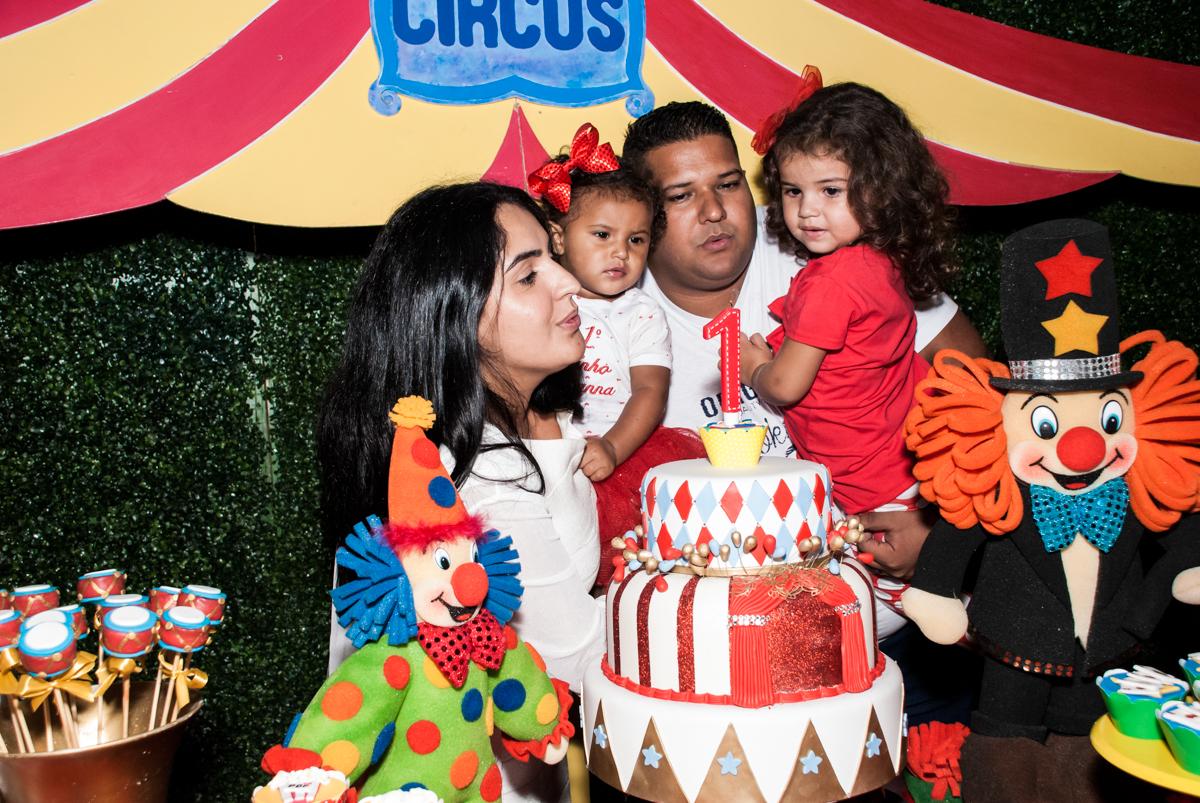 soprando a vela do bolo no Buffet Comics aniversario de Geovanna 1 ano tema da festa circo