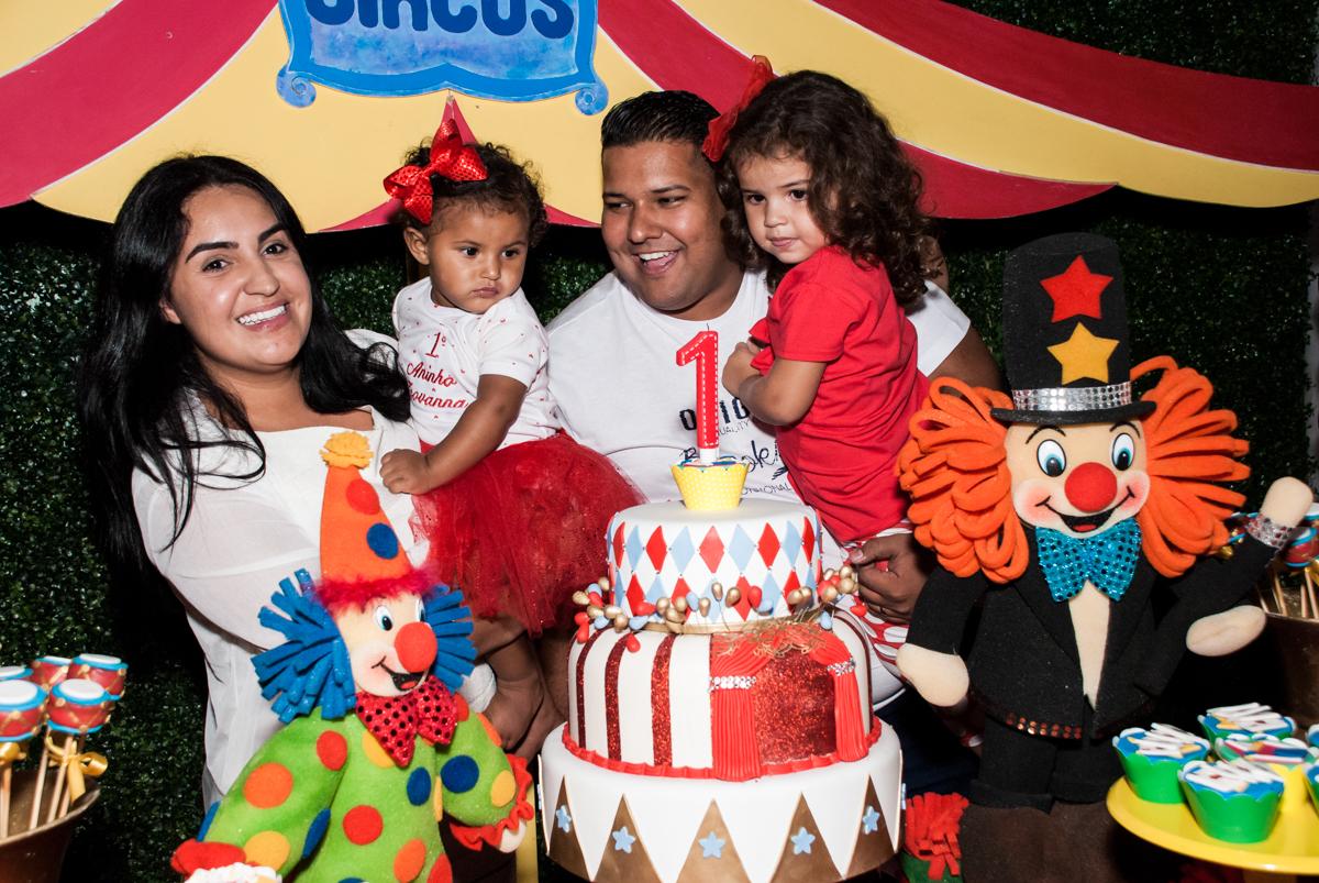 cortando o primeiro pedaço de bolo no Buffet Comics aniversario de Geovanna 1 ano tema da festa circo