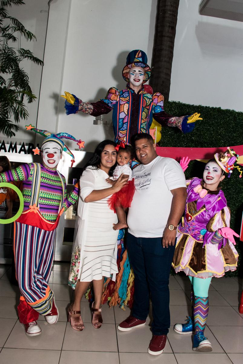 foto com os personagens do circo no Buffet Comics aniversario de Geovanna 1 ano tema da festa circo