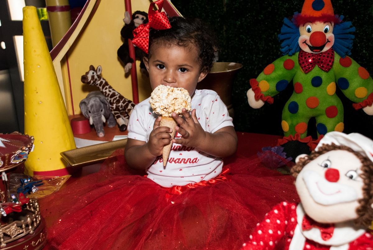 comendo pipocas no Buffet Comics aniversario de Geovanna 1 ano tema da festa circo