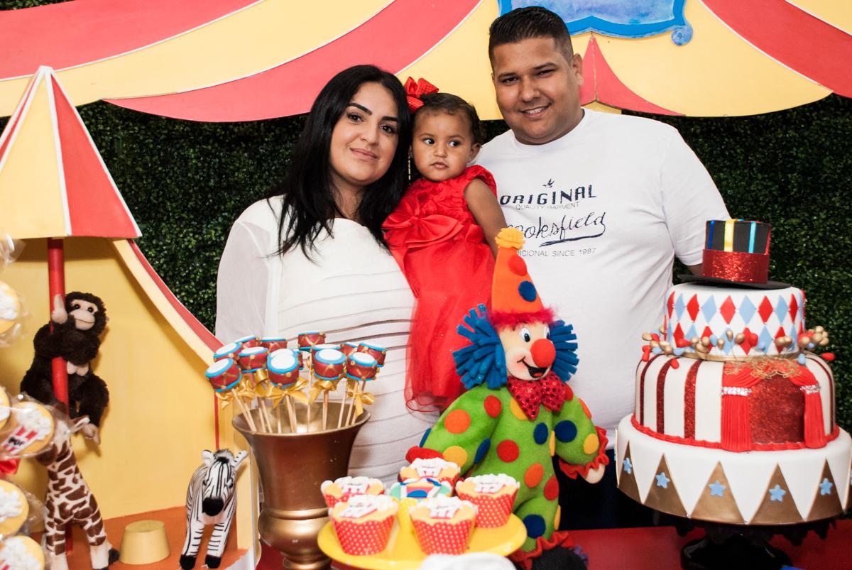 foto com a aniversariante no Buffet Comics aniversario de Geovanna 1 ano tema da festa circo