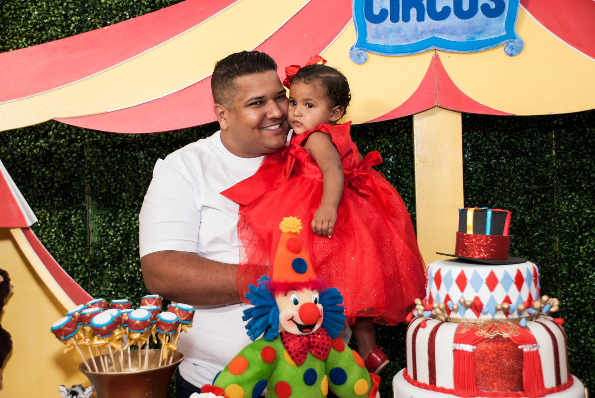 foto pai e filha no Buffet Comics aniversario de Geovanna 1 ano tema da festa circo