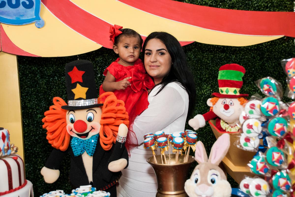 foto mãe e filha no Buffet Comics aniversario de Geovanna 1 ano tema da festa circo