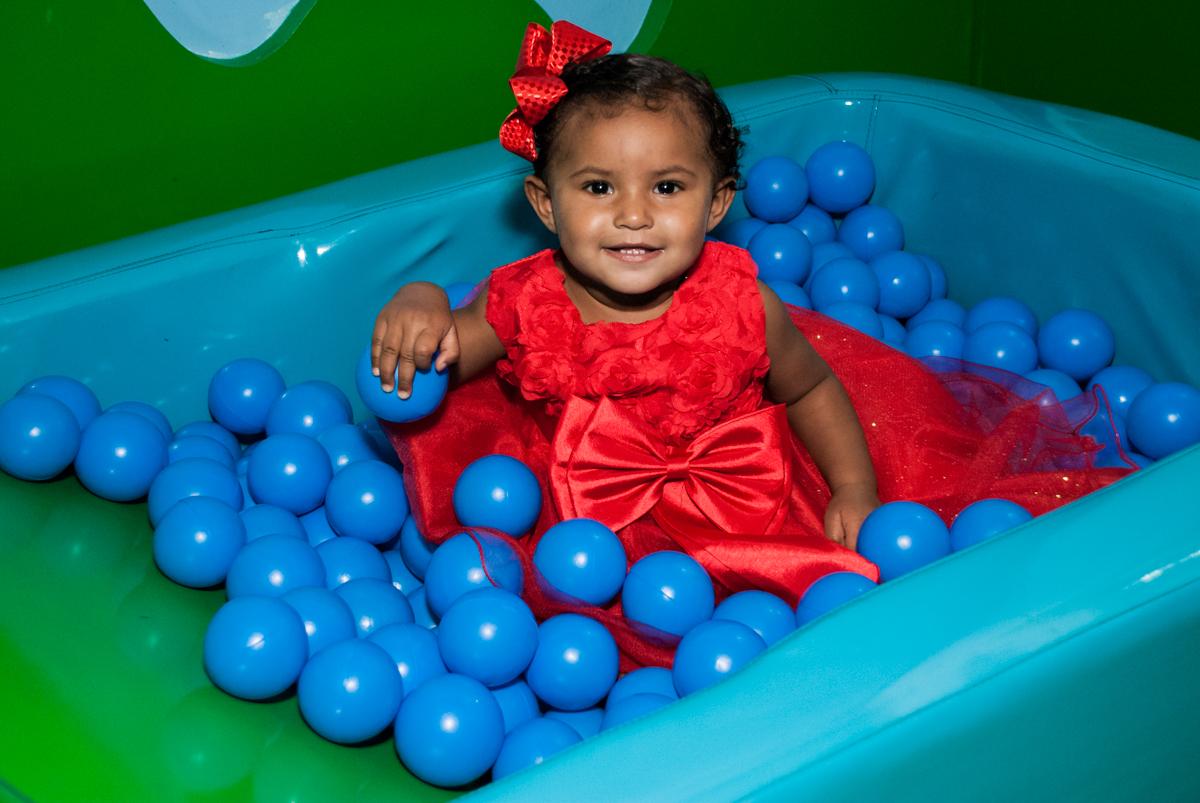 brincadeira na piscina de bolinhas no Buffet Comics aniversario de Geovanna 1 ano tema da festa circo