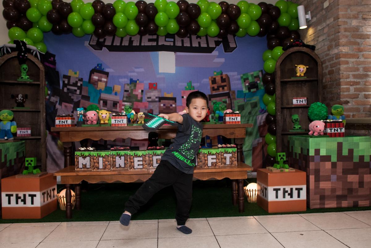 pose de guerreiro no Buffet Vila Party, Moema, São Paulo, aniversario de Eduardo 6 anos, tema da festa Mini Craft