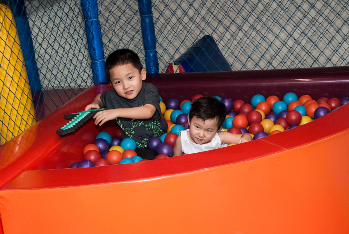 brincadeira animada na piscina de bolinhas no Buffet Vila Party, Moema, São Paulo, aniversario de Eduardo 6 anos, tema da festa Mini Craft