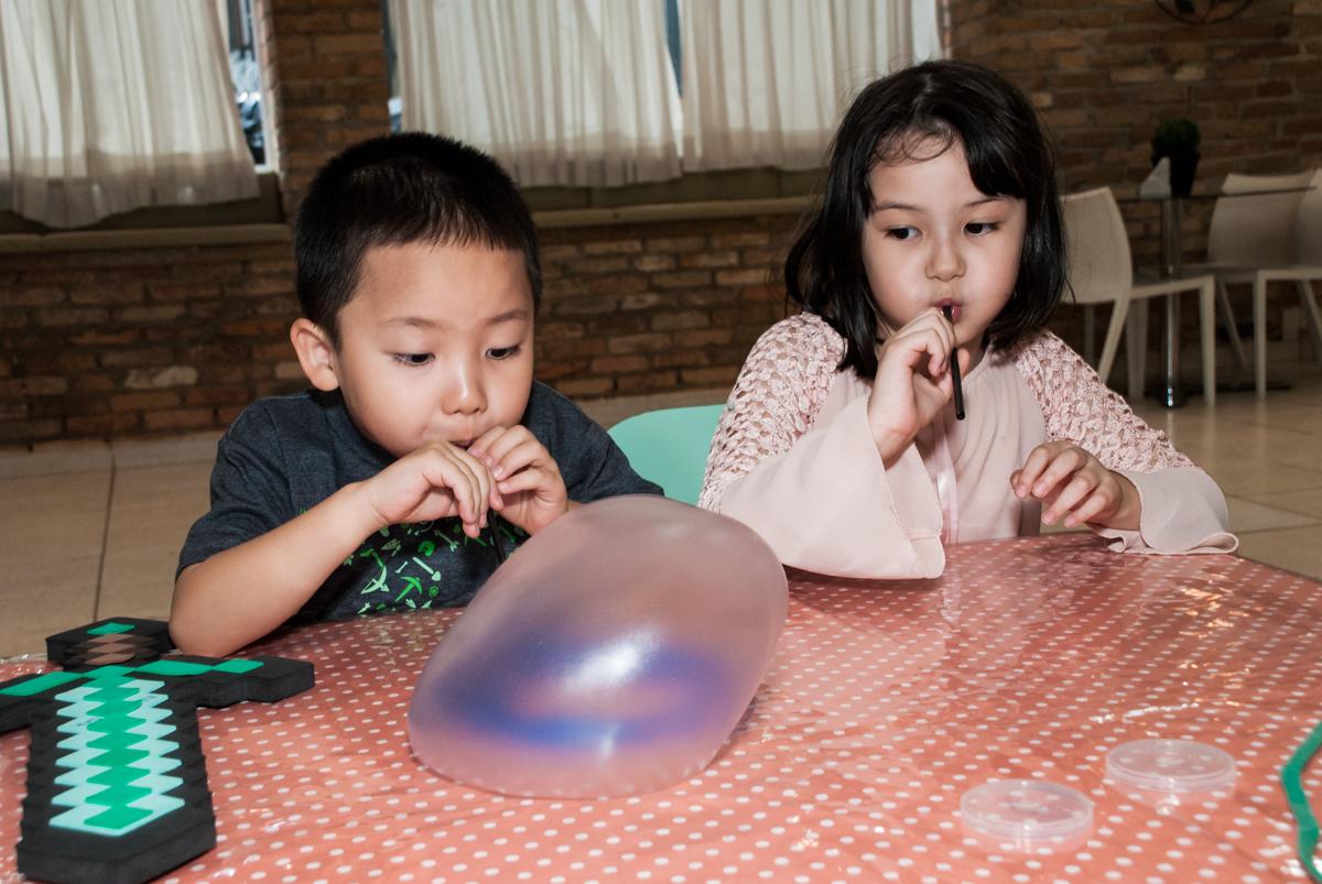 brincando com massinhas no Buffet Vila Party, Moema, São Paulo, aniversario de Eduardo 6 anos, tema da festa Mini Craft