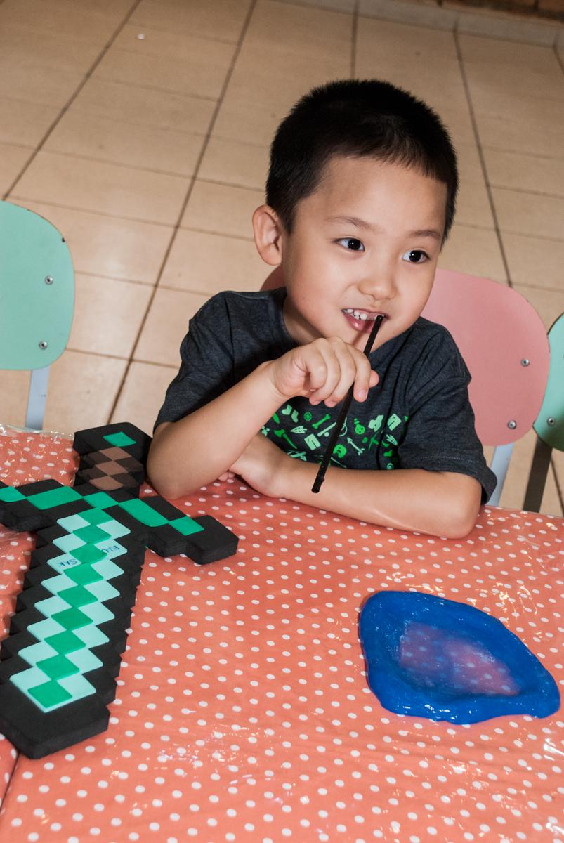 aniversariante se diverte no Buffet Vila Party, Moema, São Paulo, aniversario de Eduardo 6 anos, tema da festa Mini Craft