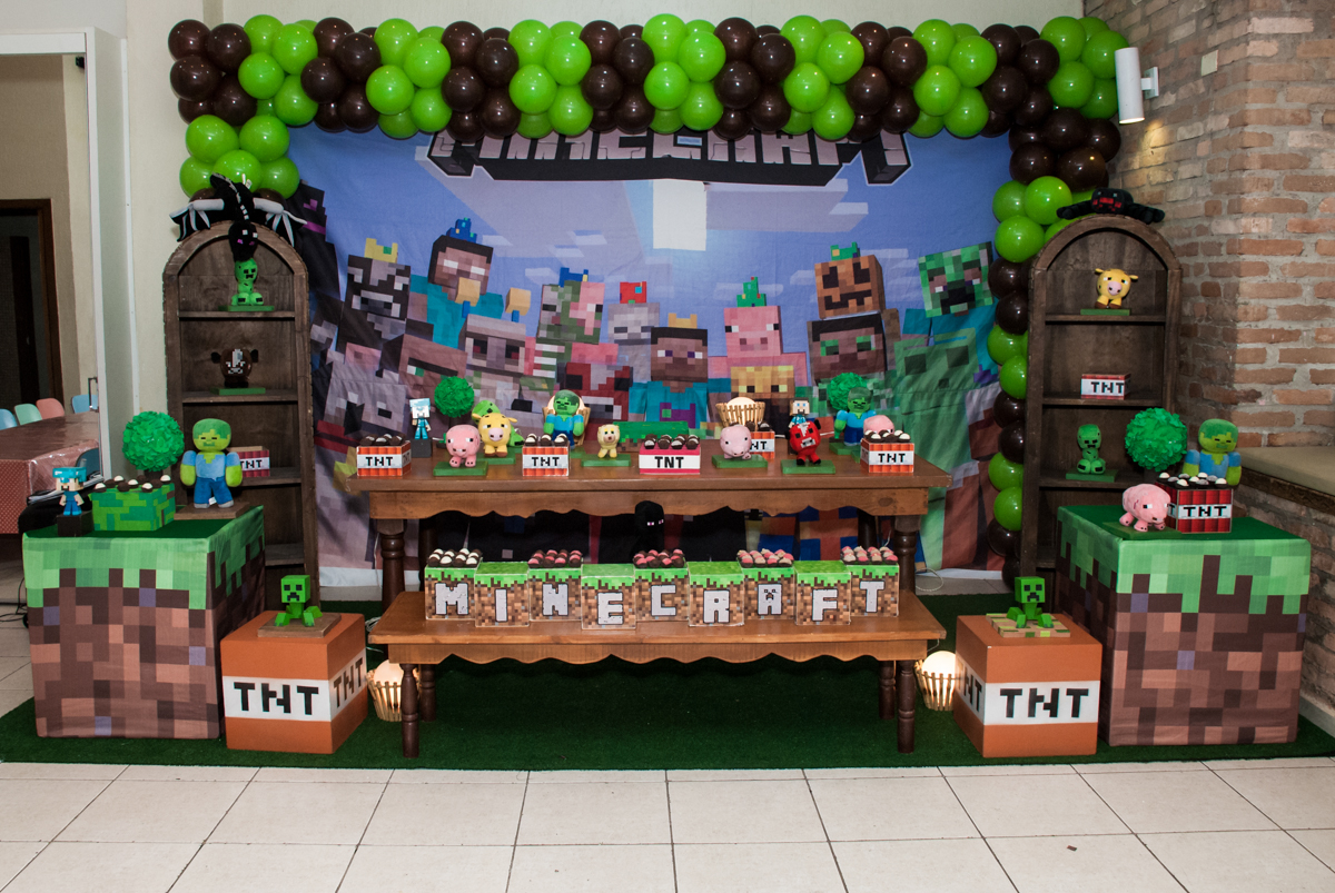 mesa temática no Buffet Vila Party, Moema, São Paulo, aniversario de Eduardo 6 anos, tema da festa Mini Craft