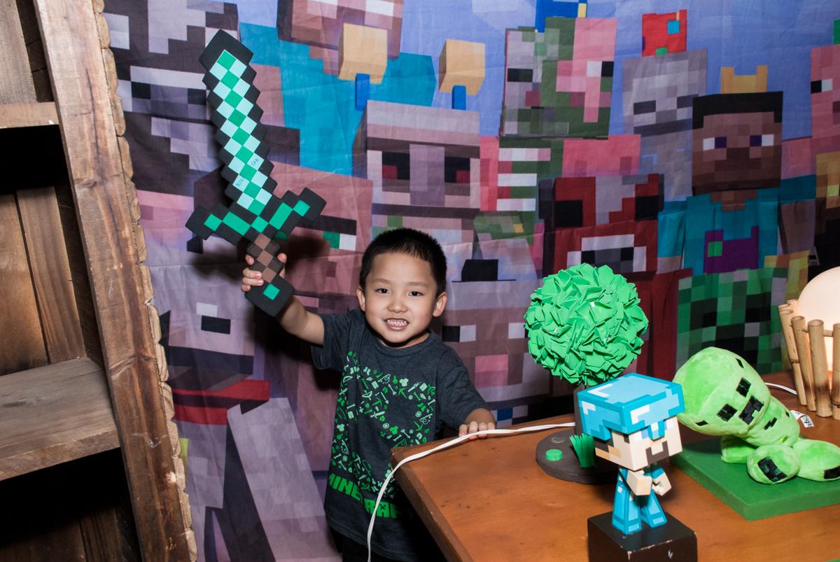 posando para a foto na mesa decorada no Buffet Vila Party, Moema, São Paulo, aniversario de Eduardo 6 anos, tema da festa Mini Craft