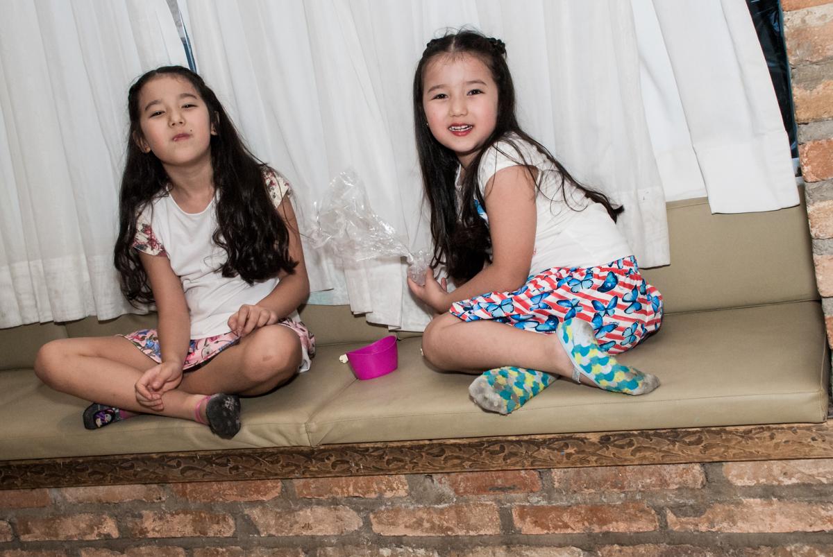 amigas se divertem na festa no Buffet Vila Party, Moema, São Paulo, aniversario de Eduardo 6 anos, tema da festa Mini Craft