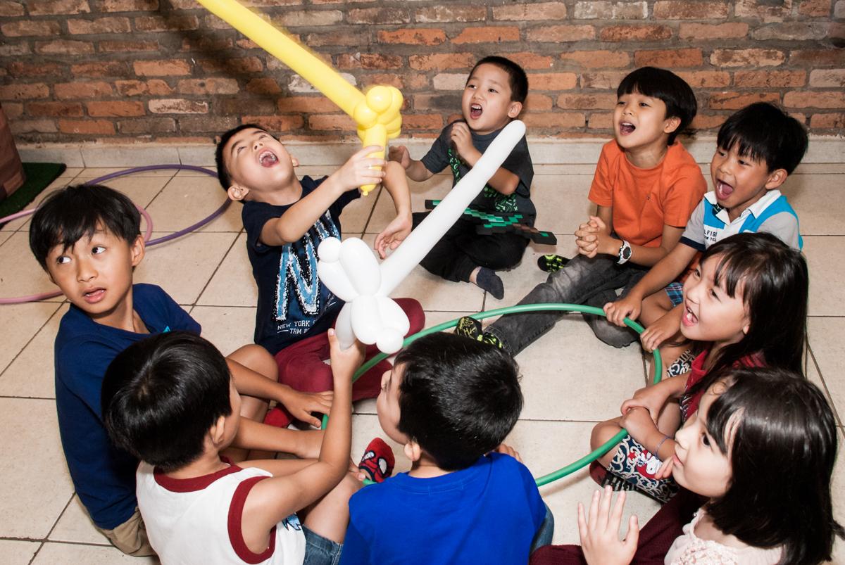 brincadeiras com espada de bexigas no Buffet Vila Party, Moema, São Paulo, aniversario de Eduardo 6 anos, tema da festa Mini Craft
