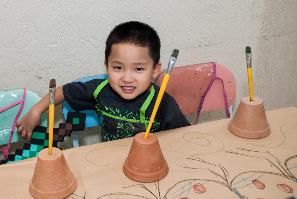 hora de pintar o vaso de flor no Buffet Vila Party, Moema, São Paulo, aniversario de Eduardo 6 anos, tema da festa Mini Craft