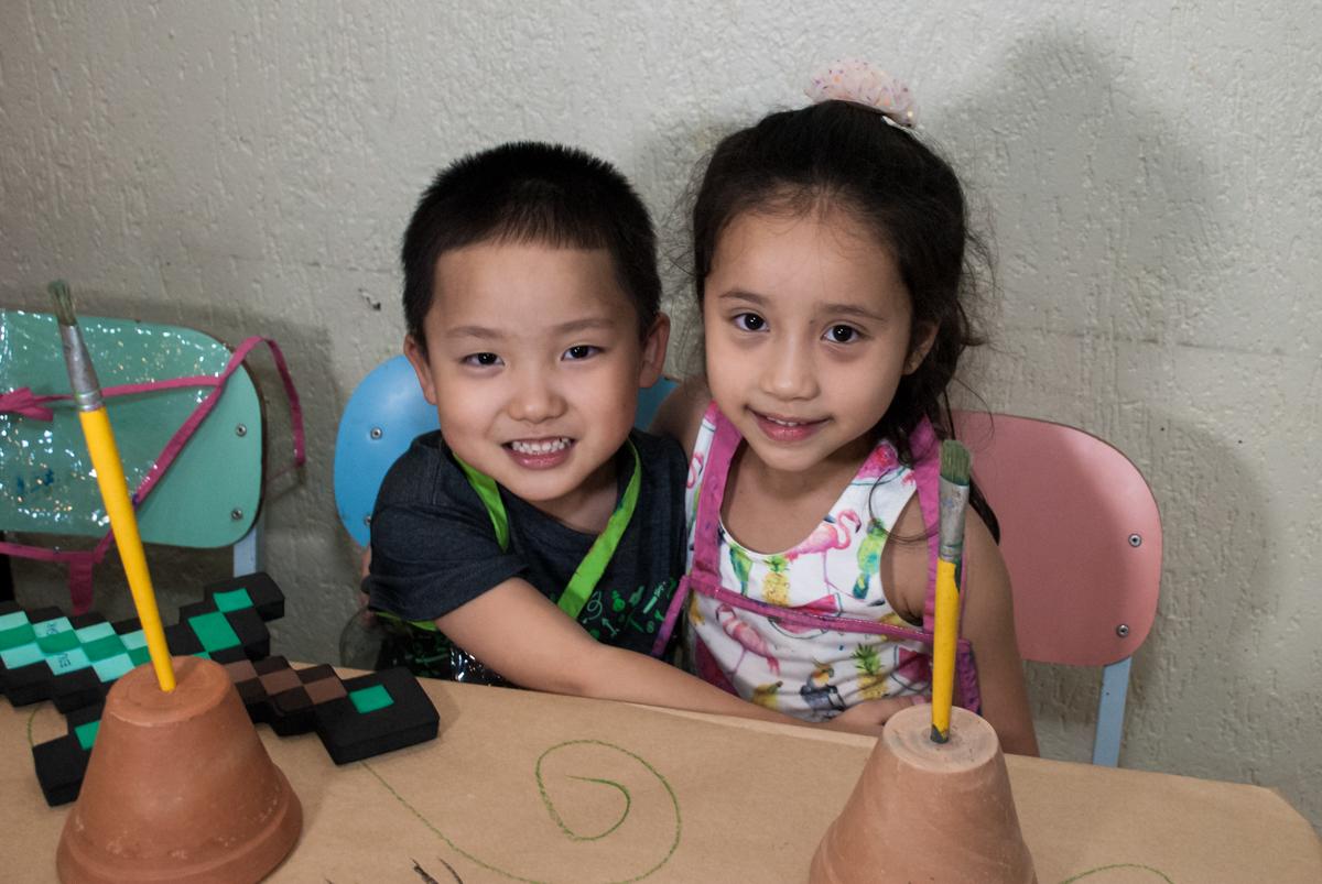 abraço gostoso na amiga no Buffet Vila Party, Moema, São Paulo, aniversario de Eduardo 6 anos, tema da festa Mini Craft