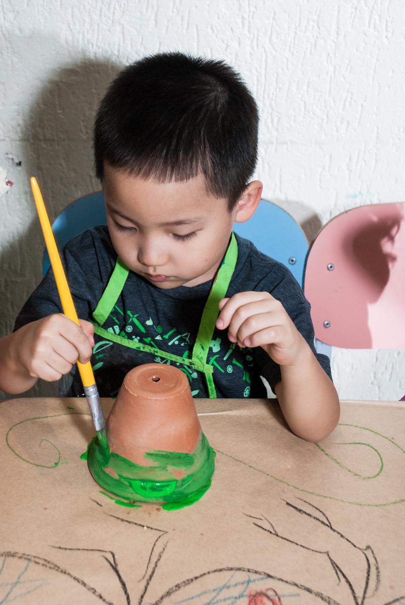 pintura em vaso no Buffet Vila Party, Moema, São Paulo, aniversario de Eduardo 6 anos, tema da festa Mini Craft