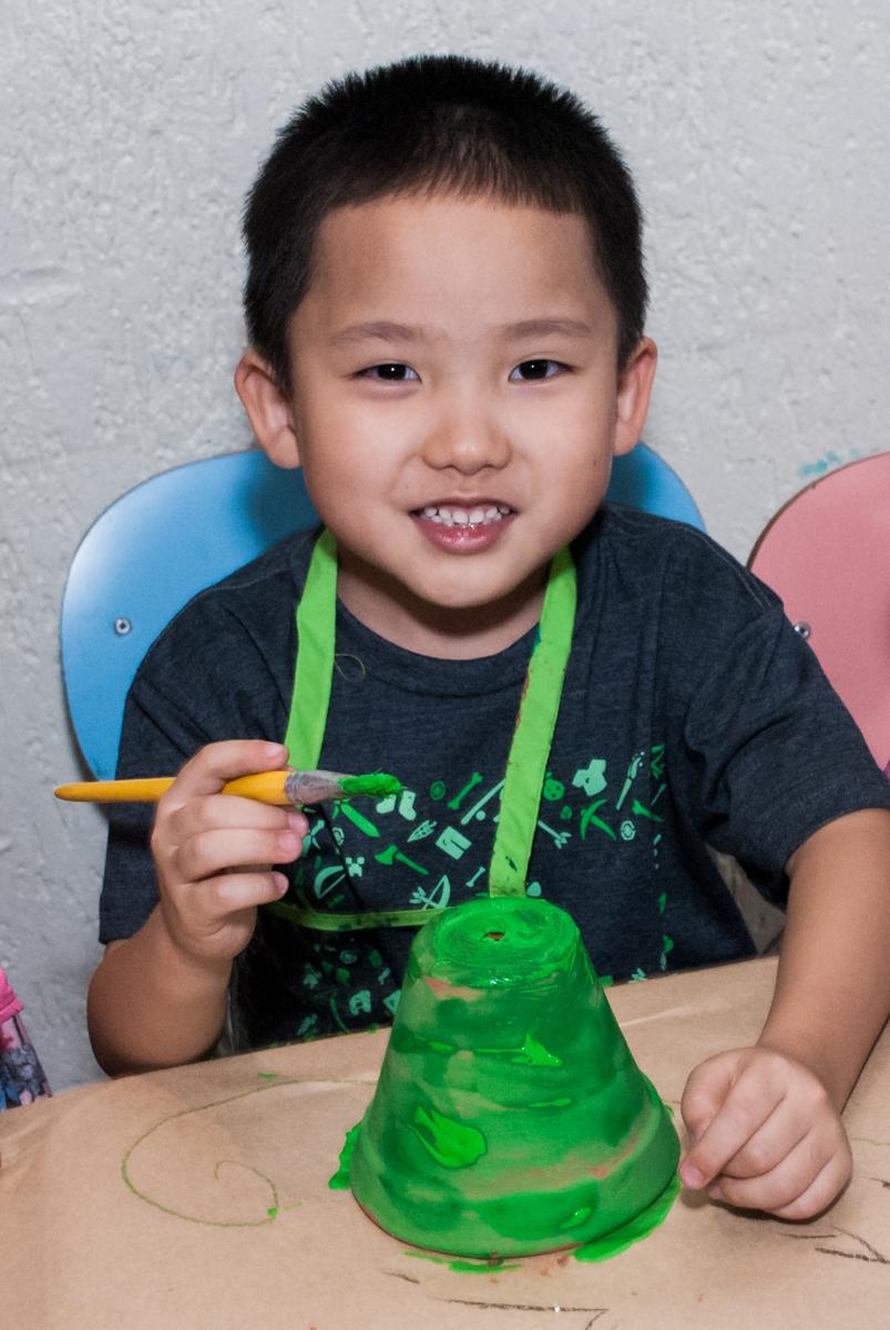 finalizando a pintura no vaso no Buffet Vila Party, Moema, São Paulo, aniversario de Eduardo 6 anos, tema da festa Mini Craft