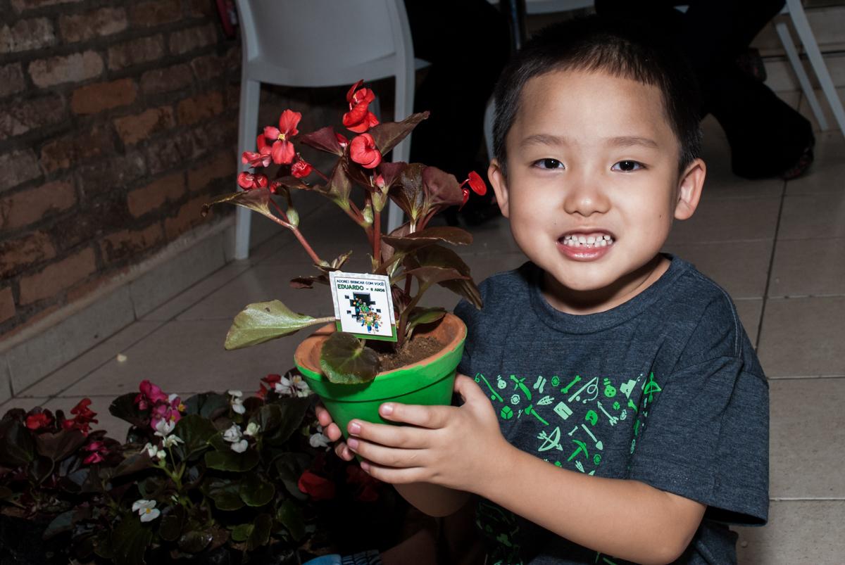 plantio de flor no vaso no Buffet Vila Party, Moema, São Paulo, aniversario de Eduardo 6 anos, tema da festa Mini Craft