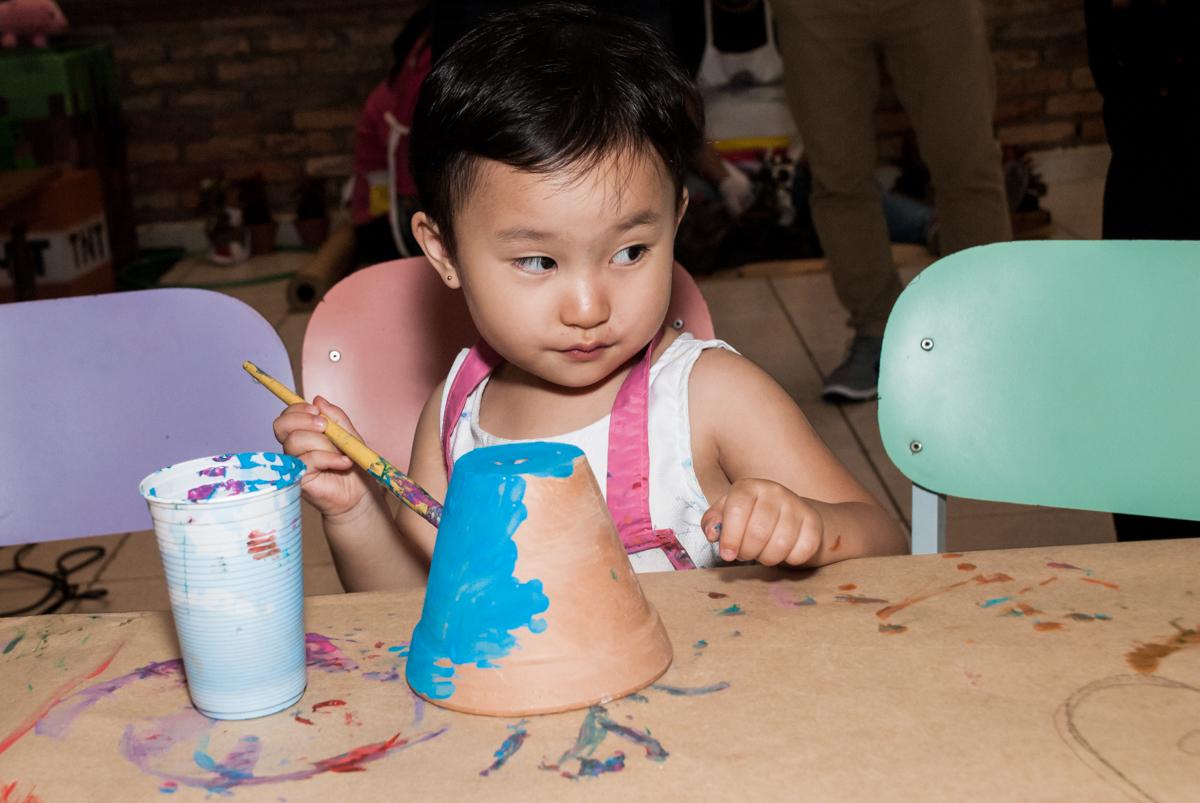 irmã do aniversariante também pinta o seu vaso no Buffet Vila Party, Moema, São Paulo, aniversario de Eduardo 6 anos, tema da festa Mini Craft