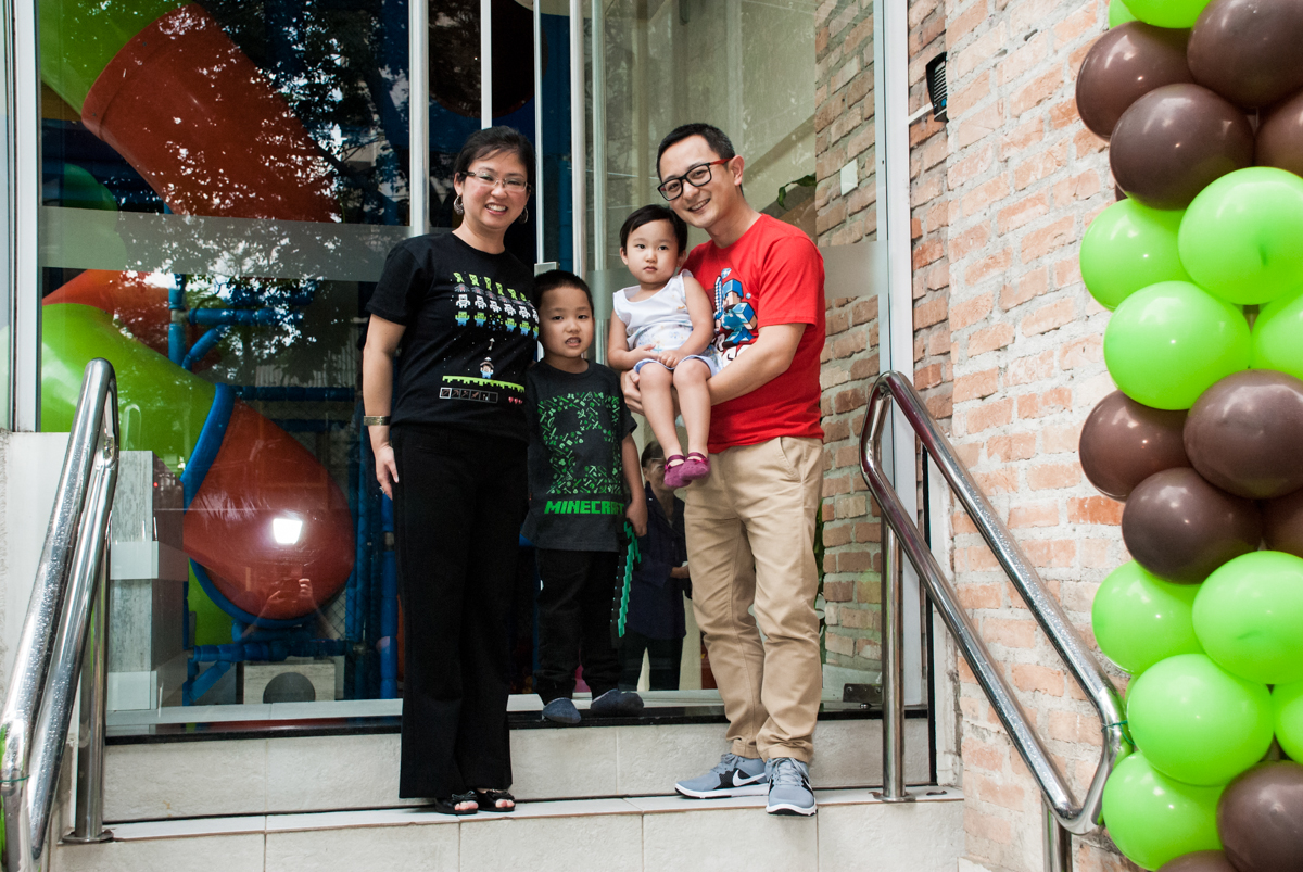 fotografia da familia em frente ao Buffet Vila Party, Moema, São Paulo, aniversario de Eduardo 6 anos, tema da festa Mini Craft