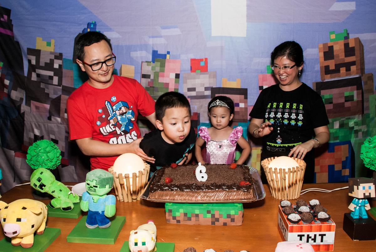 soprando a vela do bolo no Buffet Vila Party, Moema, São Paulo, aniversario de Eduardo 6 anos, tema da festa Mini Craft